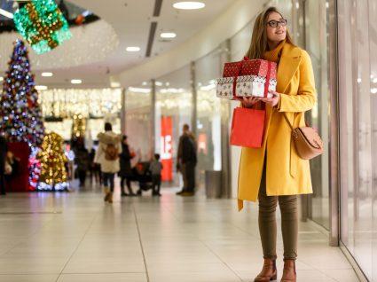 Mulher a fazer compras de Natal antecipadas