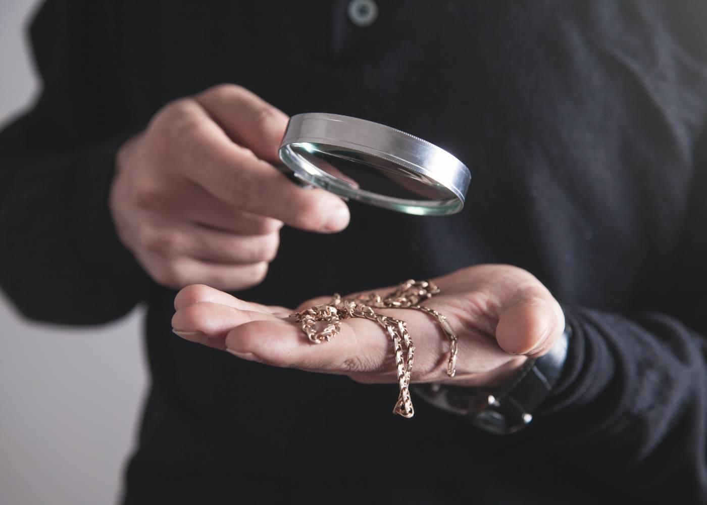 homem avalia ouro usado para vender