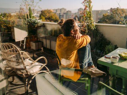 Apps de food: mulher a usufruir de refeição takeaway na varanda de casa