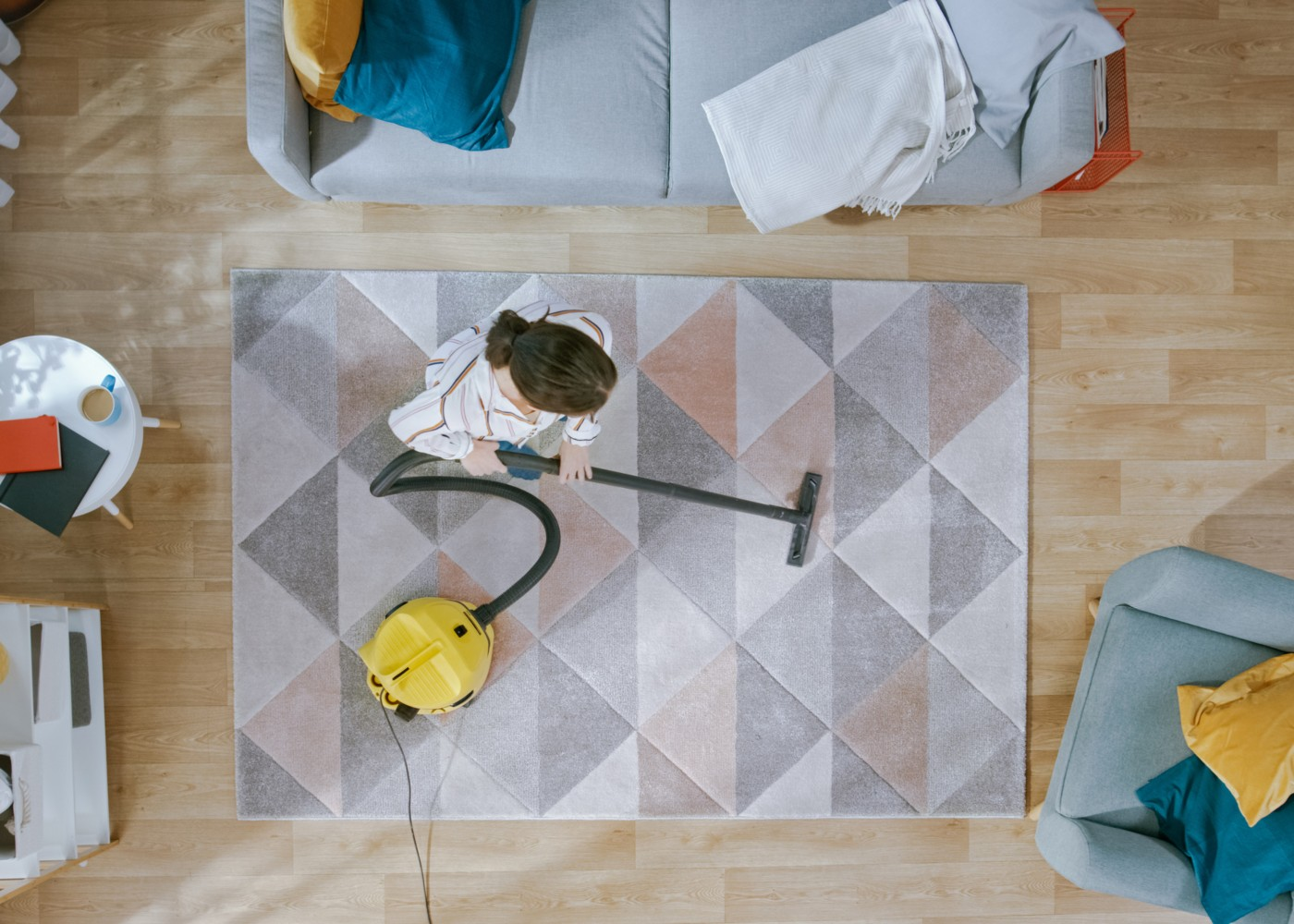 aspirar carpete sala
