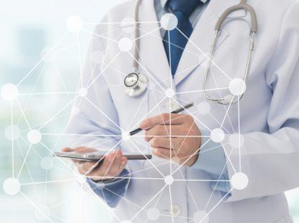 médico a escrever em tablet