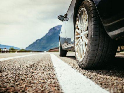 carro na estrada como exemplo dos carros mais perigosos de conduzir
