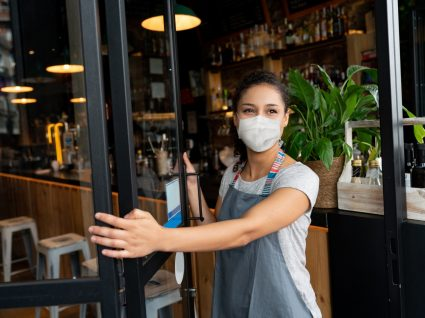 Funcionária a fechar restaurante