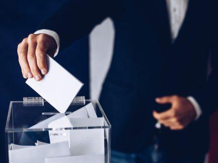 Homem a depositar o seu voto numa urna