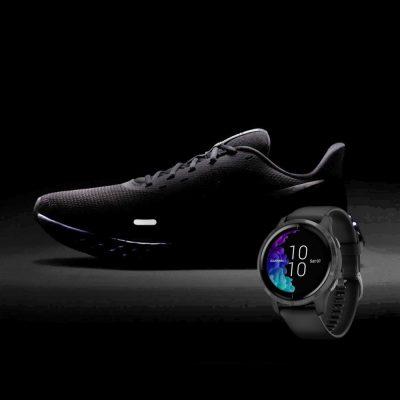 sapatilha e smartwatch