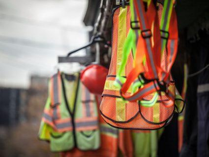 equipamentos de proteção individual de construção civil pendurados