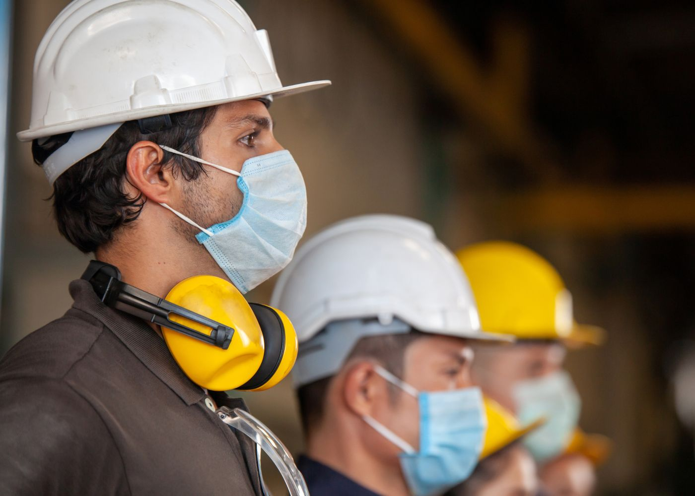 equipa alinhada e equipada com equipamentos de proteção individual