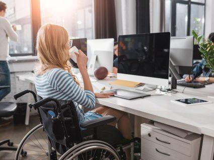 jovem mulher em cadeira de rodas a participar em programa de estágios de inserção