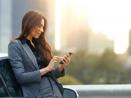 mulher a olhar para o telemóvel