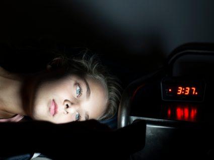 Mulher iluminada à noite com luz dos aparelhos