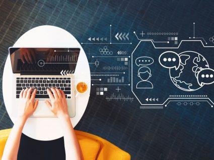pessoa a aceder ao linkedin learning pelo computador