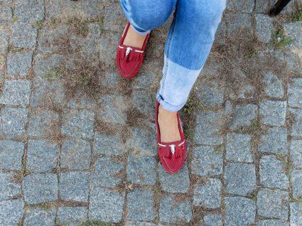 Mulher com sapatos loafers