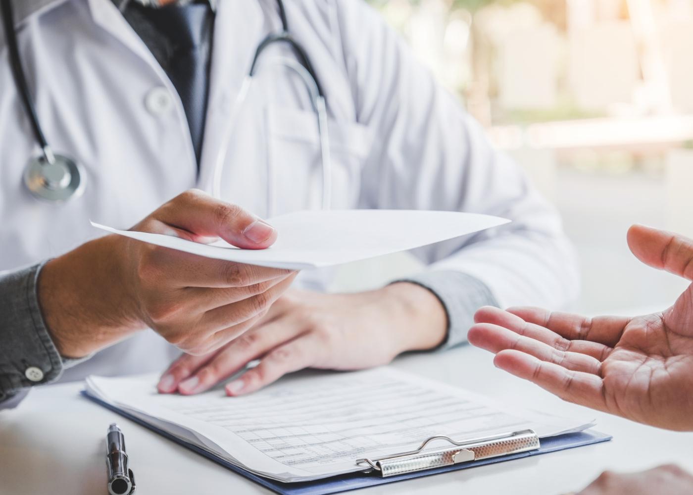Médico de família a prescrever exame a paciente
