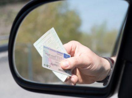 Condutor a mostrar carta de condução numa operação de fiscalização