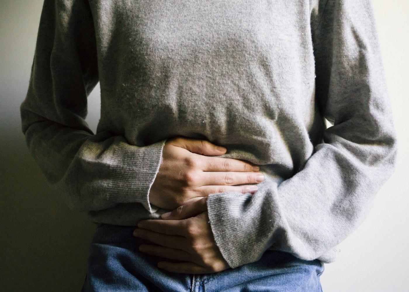Mulher com dores de obstipação crónica