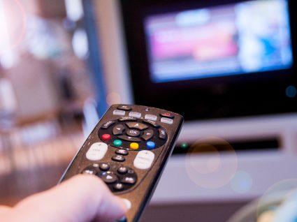 Homem a fazer zapping pelos canais de televisão