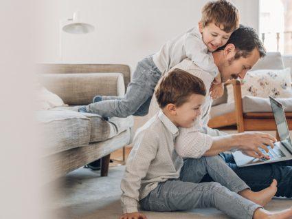 Pai em casa com os filhos
