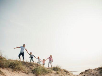 Família numerosa a explorar dunas