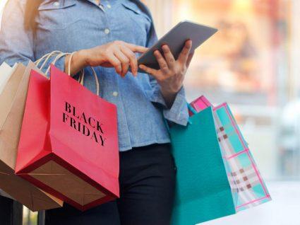 mulher pesquisa preços no tablet para poupar nas compras da black friday