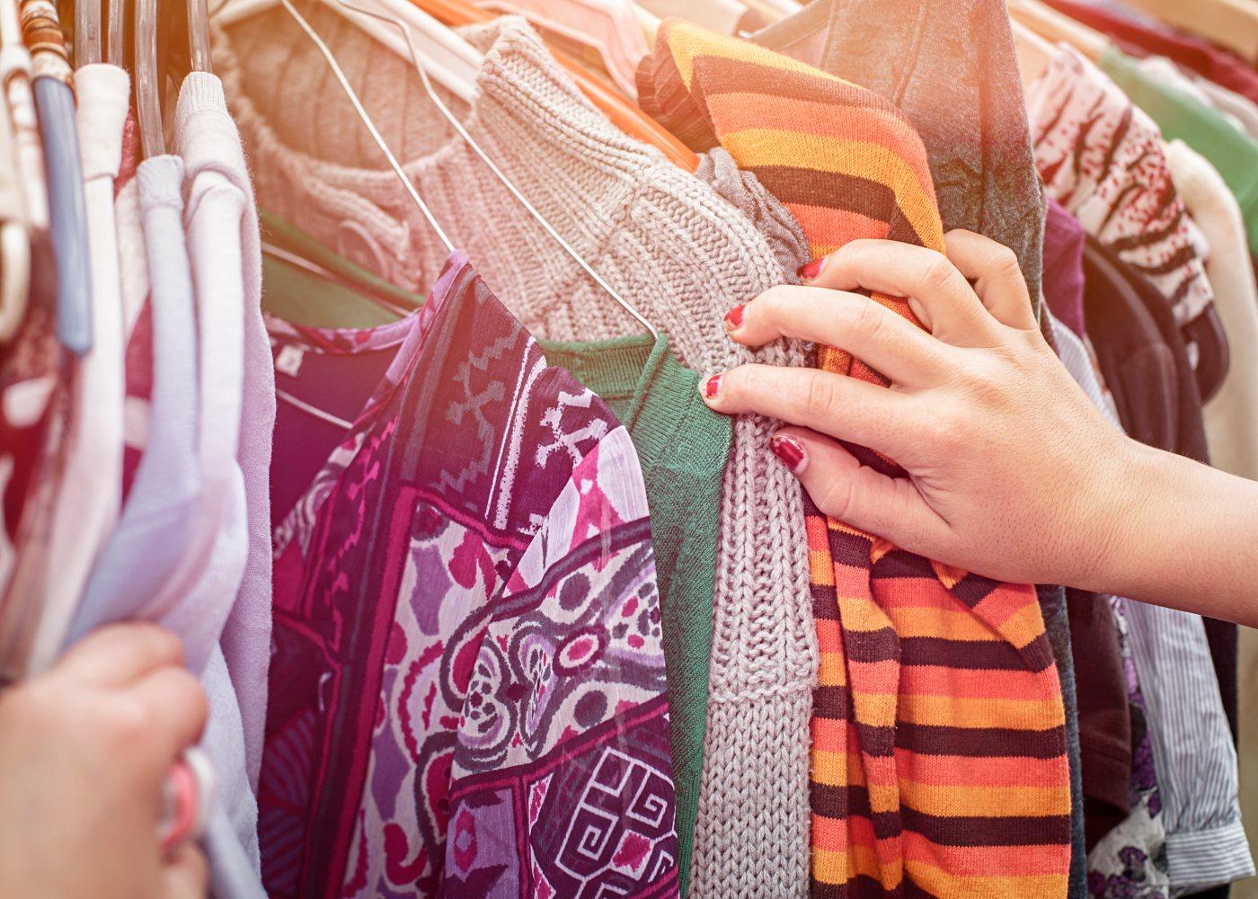 Montra com roupa usada para venda