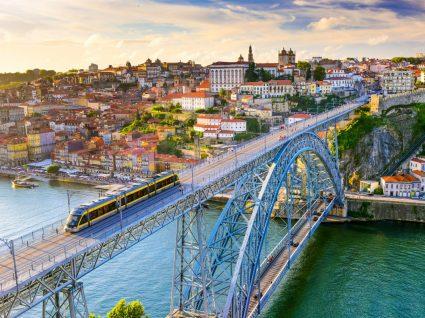 Vista panorâmica da zona ribeirinha da cidade do Porto
