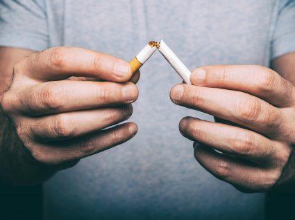 homem decide deixar de fumar para poupar dinheiro