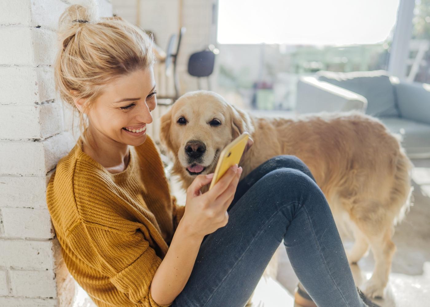 Mulher a aderir ao Seguro Pets através da app da Cofidis