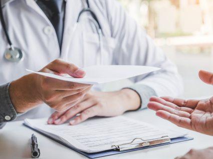 Homem numa consulta médica