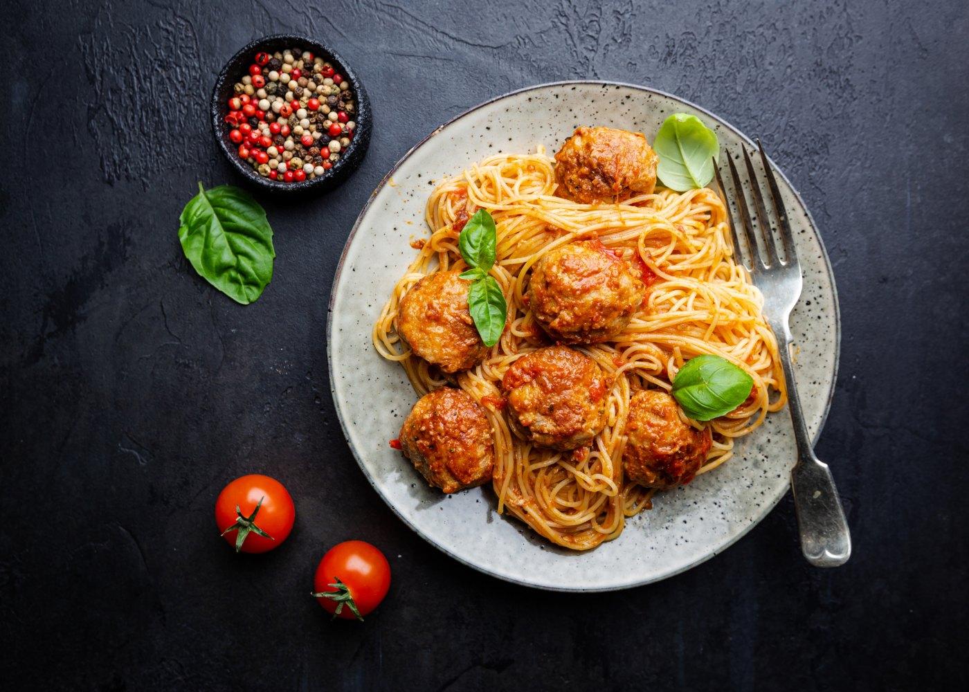 almôndegas com esparguete e molho de tomate