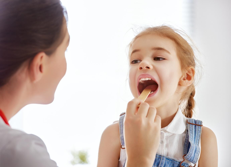 Criança com amigdalite
