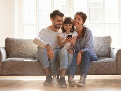 Família a divertir-se em casa com a ajuda de apps de entretenimento