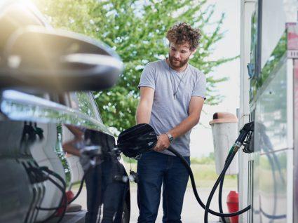 Homem a abastecer automóvel num posto de combustível