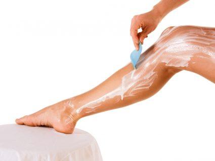 Mulher a utilizar cremes depilatórios nas pernas