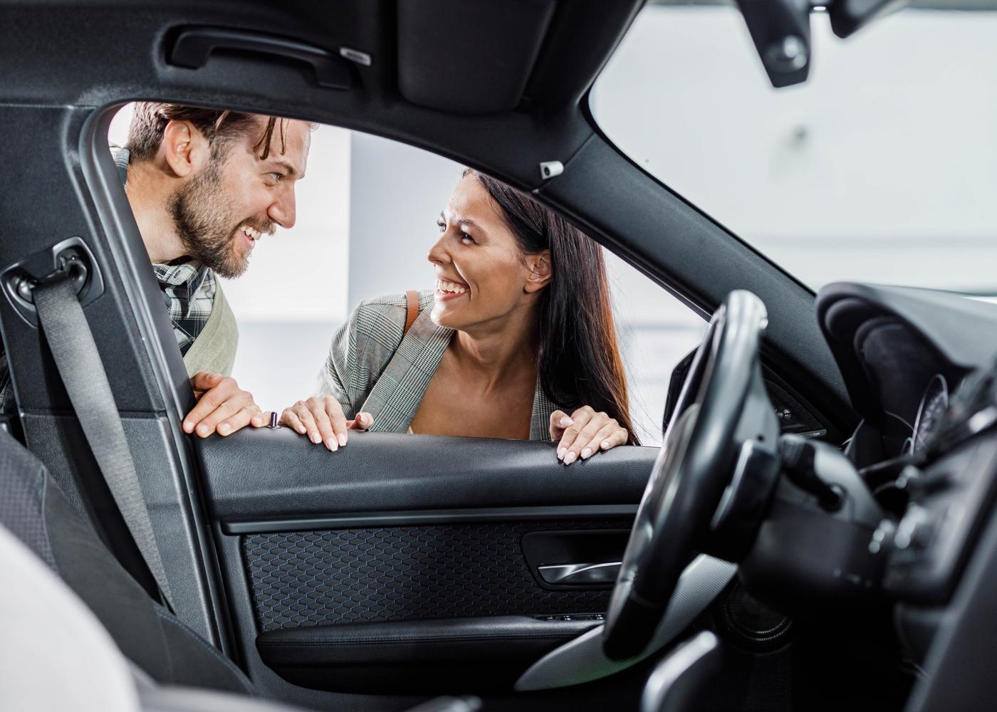 casal a escolher carro novo