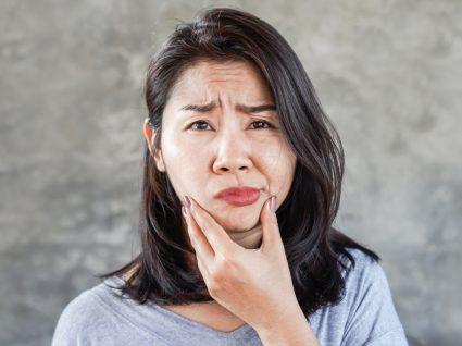 mulher com paralisia facial