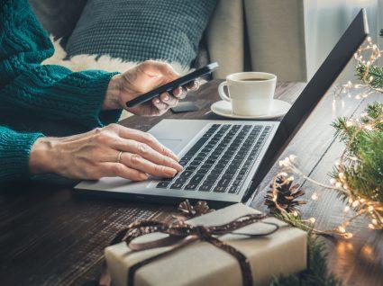mulher a comprar prendas de natal online
