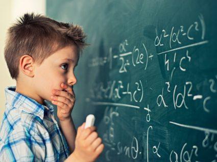 Menino numa aula de Matemática