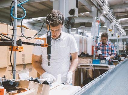 Trabalhadores em linha de produção de fábrica