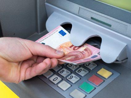 Mulher a levantar dinheiro no Multibanco