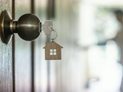 Chave pendurada na porta de casa