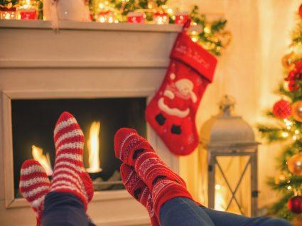 Casal deitado no sofá na véspera de Natal