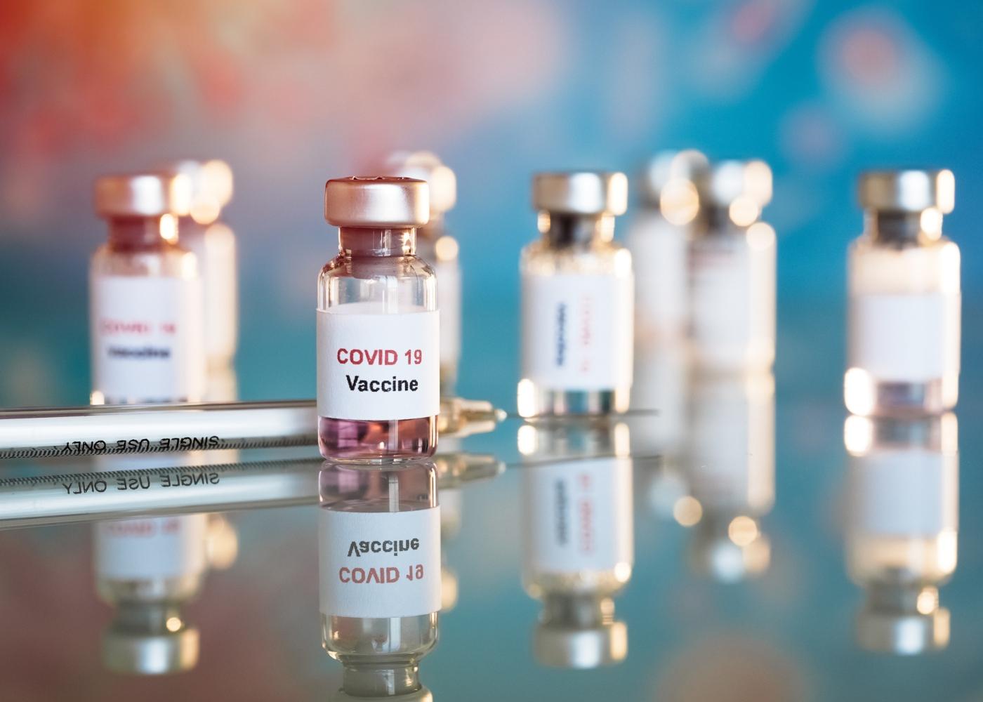 Frascos com vacina contra a COVID-19