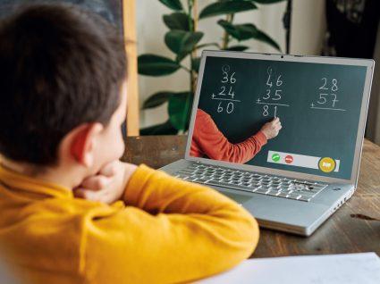 Menino a ter aula de matemática online