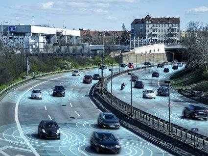 condutores na autoestrada a praticar condução sustentável