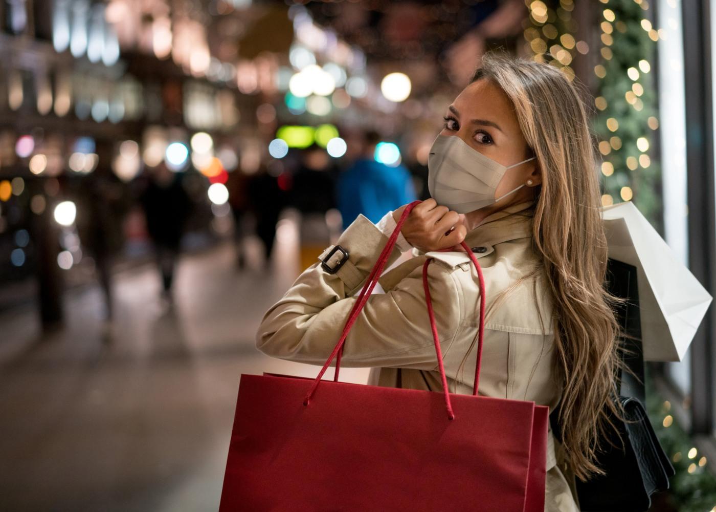 Mulher com sacos de compras nos saldos