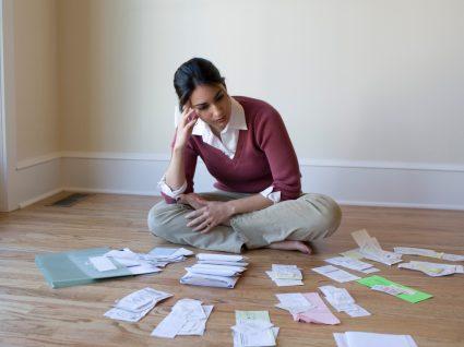 Mulher a fazer contas às dívidas fiscais