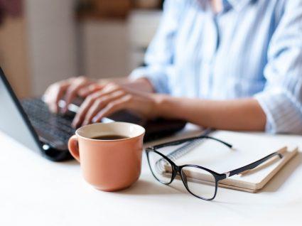 Mulher a aceder à Segurança Social direta através do laptop