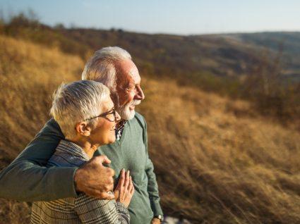 Casal de idosos a desfrutar de um passeio na serra
