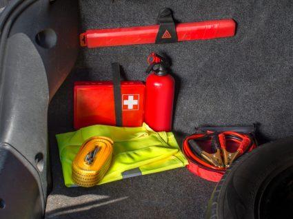mala com extintor, kit primeiros socorros e outros itens que deve ter sempre no carro