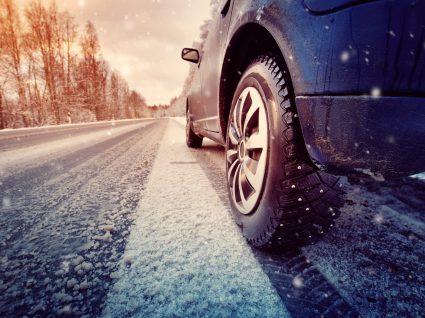 carro a andar em estrada com neve, um dos problemas mais comuns no inverno
